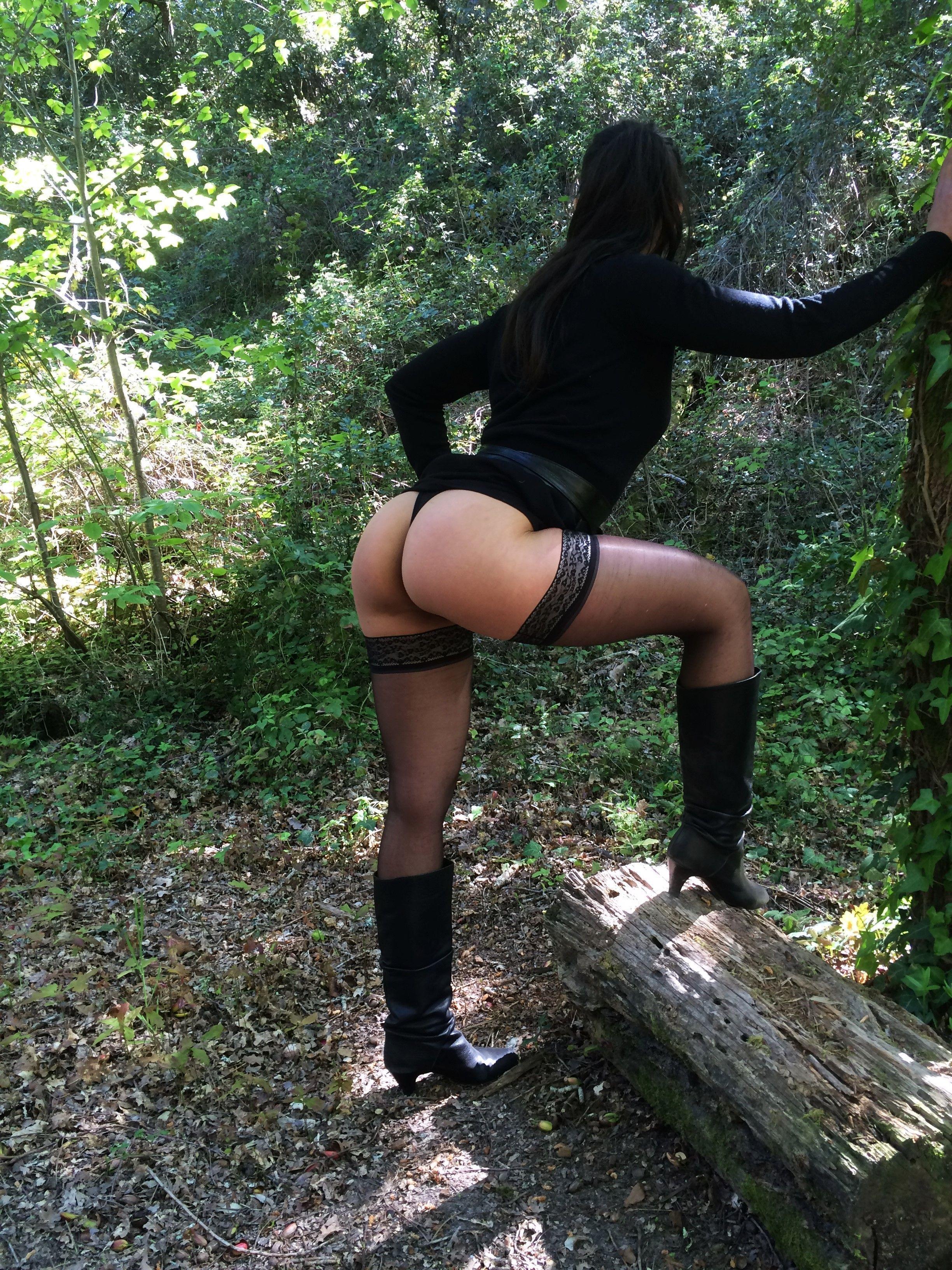 Black milf yasmine de leon shakes her ass for the camera - 1 part 2